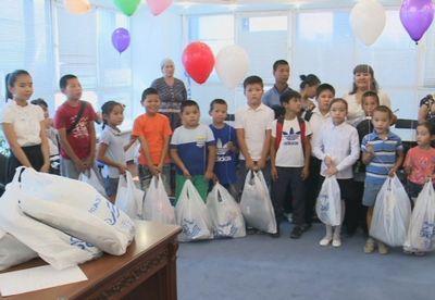Атырауским семьям помогают собрать детей в школу