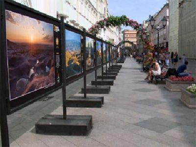 Исторический центр москвы украсили яркие казахстанские пейзажи