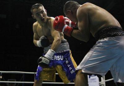 Канат ислам нокаутировал колумбийского боксера в шестом раунде