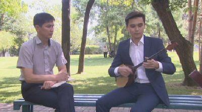 Казахстанская молодежь находит радость в общении со старинным музыкальным инструментом
