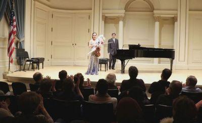 Казахстанская скрипачка акбике алги выступила в карнеги холл