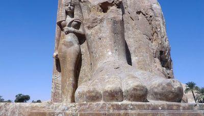 Многотонная статуя фараона в луксоре