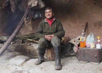 Охотник-собиратель 40 лет живет в пещере в аргентине