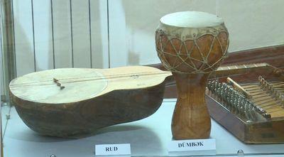 Прообразы струнных инструментов представлены в музее музыкальной культуры в баку