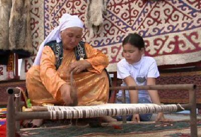Старейшины приобщают молодежь к казахским традициям