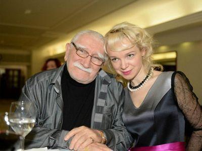 Старые знаменитости, которые женились на молодых девушках фото
