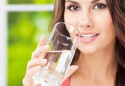 Стоит ли заставлять себя пить 2 литра воды в день?