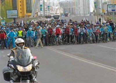 В астане самого молодого и пожилого гонщиков наградили велосипедами