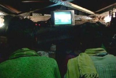 В дели открыли кинотеатр под мостом для бедных