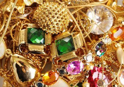 Житель атырау пытался ввезти в казахстан 12 чемоданов золота и серебра